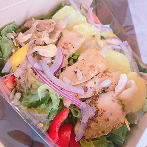 キャンディベースドライブインのサラダはヘルシーでボリュームたっぷり!チキンの入ったクイーンサラダボックス